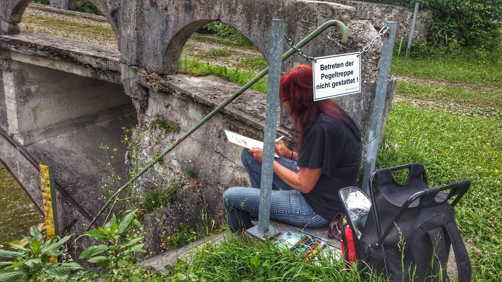 Andrea beim Postkarten zeichnen